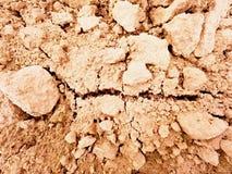 Arcilla polvorienta seca en el campo El campo arado vacío espera la siembra Día de aguas termales en el campo Fotos de archivo