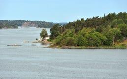 Arcipelago di Stoccolma in Mar Baltico Paesaggio di estate con la casa bianca sulla riva immagini stock
