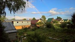 Arco-íris após a chuva sobre os jardins da cidade de Uglich fotografia de stock