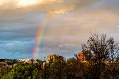 Arco-íris bonito do distrito residencial no por do sol fotos de stock royalty free