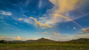 Arco-íris bonito do lapso de tempo no céu agradável filme