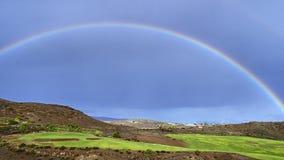 Arco-íris bonito no céu azul sobre um campo de golfe fotografia de stock royalty free