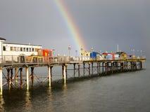 Arco-íris brilhante na extremidade do cais de Teignmouth. imagens de stock