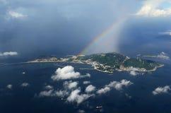 Arco-íris colorido sobre o vento espumoso do algodão doce das nuvens de Hong Kong Dreamy Blue Sky abaixo de minhas asas que voam  imagens de stock