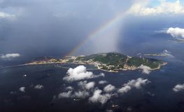 Arco-íris colorido sobre o vento espumoso do algodão doce das nuvens de Hong Kong Dreamy Blue Sky abaixo de minhas asas que voam  fotos de stock royalty free