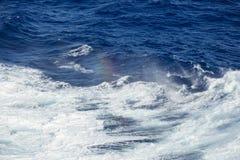 Arco-íris do pulverizador das ondas de oceano Foto de Stock Royalty Free