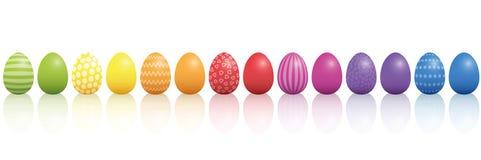 Arco-íris do teste padrão dos ovos da páscoa colorido em uma linha Foto de Stock
