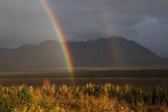 Arco-íris dobro na estrada dos parques em Alaska imagens de stock