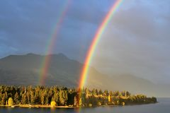 Arco-íris dobro real no céu nebuloso, Queenstown, Nova Zelândia fotografia de stock royalty free