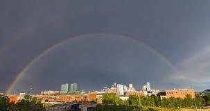 Arco-íris dobro sobre Denver do centro, Colorado Imagens de Stock
