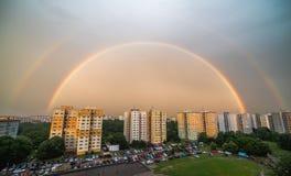 Arco-íris dobro sobre o distrito residencial imagens de stock royalty free