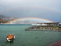 Arco-íris dobro sobre o mar, Sicília imagens de stock