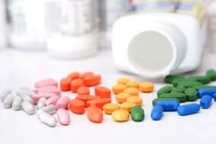 Arco-íris dos comprimidos & dos frascos Fotografia de Stock Royalty Free
