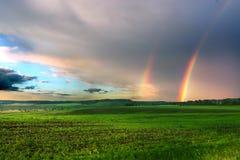 Arco-íris gêmeo com céu nublado a Imagens de Stock