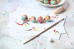 Arco-íris Macarons com enchimento do chocolate de leite Foto de Stock Royalty Free