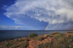 Arco-íris maravilhoso no lago fotografia de stock royalty free