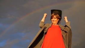 Arco-íris - a mulher envelhecida meio do estudante mostra os polegares no movimento lento video estoque