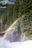Arco-íris na cachoeira de Krimml, Hoge Taurn Áustria fotos de stock
