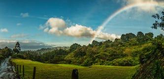 Arco-íris na montanha imagens de stock