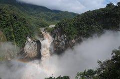 Arco-íris nas quedas San Rafael, floresta da nuvem, Equador Fotos de Stock Royalty Free