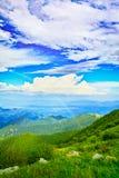 Arco-íris no céu azul imagem de stock royalty free