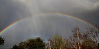 Arco-íris no céu cinzento imagens de stock royalty free