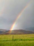 Arco-íris no campo imagens de stock