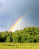 Arco-íris no fundo chuvoso do céu Imagens de Stock Royalty Free