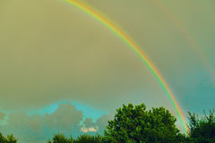 Arco-íris no fundo de um céu tormentoso Foto de Stock Royalty Free