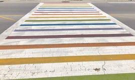 Arco-íris Pride Crosswalk na estrada fotos de stock