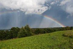 Arco-íris sob o campo Fotografia de Stock Royalty Free