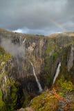 Arco-íris sobre as cachoeiras famosas de Voringsfossen perto de Hardangerv Fotografia de Stock
