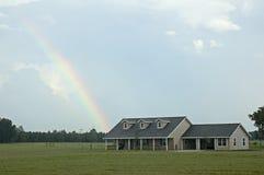Arco-íris sobre a casa imagens de stock royalty free