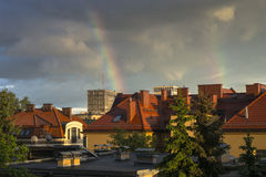 Arco-íris sobre a cidade Imagens de Stock Royalty Free
