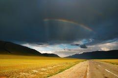 Arco-íris sobre a estrada imagem de stock