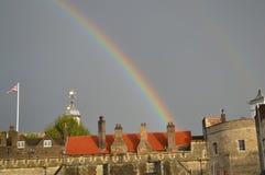 Arco-íris sobre a fortaleza em Inglaterra foto de stock