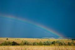 Arco-íris sobre o campo Foto de Stock Royalty Free