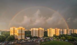 Arco-íris sobre o distrito residencial foto de stock