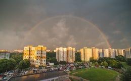 Arco-íris sobre o distrito residencial fotografia de stock