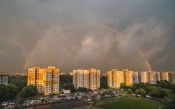 Arco-íris sobre o distrito residencial fotos de stock