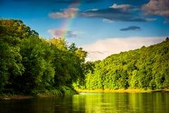 Arco-íris sobre o Rio Delaware, no nacional de Gap de água de Delaware Fotografia de Stock Royalty Free