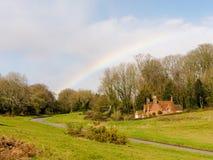 Arco-íris sobre a pista do canil do cão, Chorleywood na mola imagens de stock royalty free