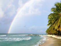 Arco-íris sobre a praia de Dôvar imagens de stock