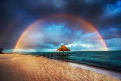Arco-íris sobre a praia tropical em Punta Cana, Dominican Republi fotografia de stock
