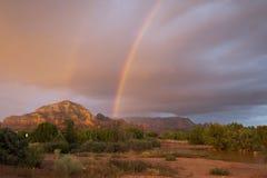 Arco-íris sobre rochas vermelhas, Sedona, o Arizona fotografia de stock