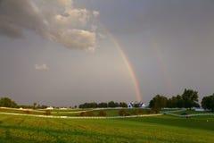 Arco-íris sobre uma exploração agrícola do cavalo foto de stock royalty free