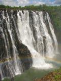 Arco-íris sobre Victoria Falls no rio de Zambezi fotografia de stock
