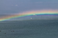 Arco-íris surpreendente na água Fotografia de Stock Royalty Free