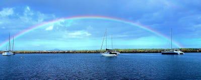 Arco-íris vibrante do céu azul fotos de stock royalty free