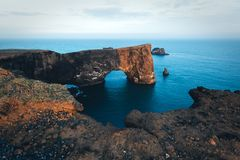 Arco único del basalto en Dyrholaey Foto de archivo